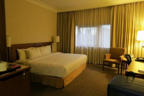 Holiday Inn Room (480x320).jpg